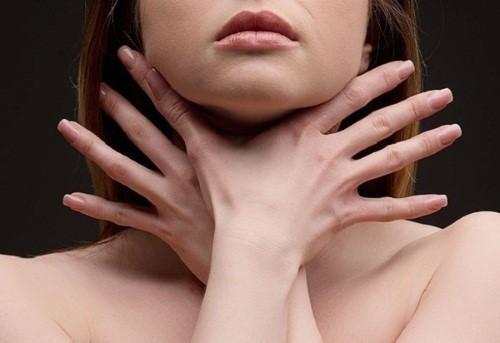 Душит и давит щитовидка: что делать в домашних условиях, как снять удушье, причины, первая помощь
