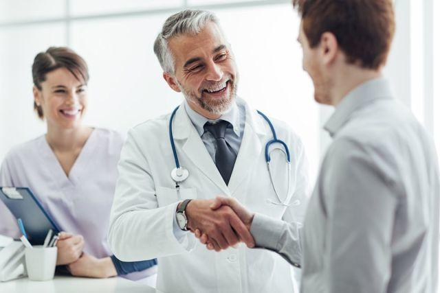 Гипергликемическая кома: причины, симптомы у взрослых и детей, инсулин, доврачебная помощь и действия родных, диагностика, неотложная помощь, лечение